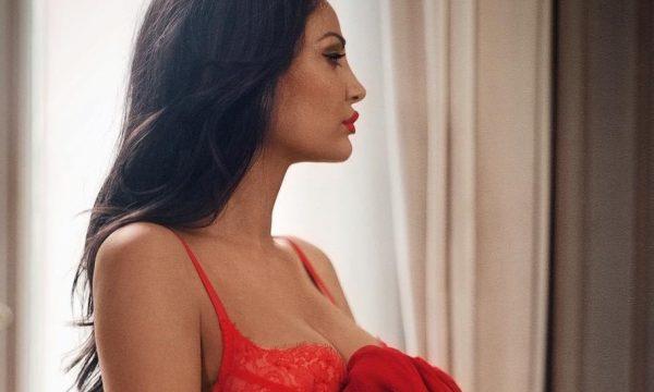 Bleona Qereti shfaqet topless  mbulon gjoksin vetëm me duar