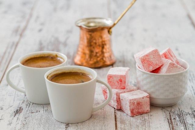 Kujdes kur pini kafe jashtë  secili filxhan i kafes mban sasi të mëdha bakteriesh