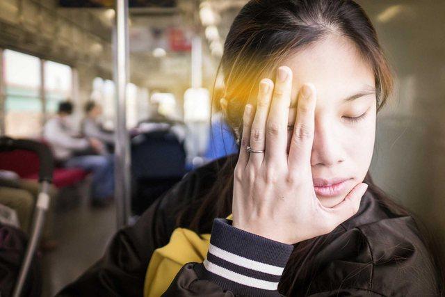 Nëse sytë tuaj pulsojnë vazhdimisht mund të keni një nga këto probleme