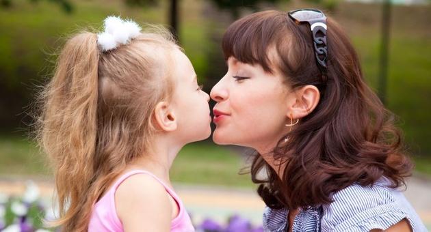 Përse nuk duhet t i puthni fëmijët në buzë